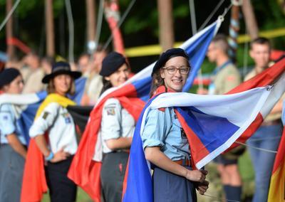 Un grupo de jóvenes scouts participan en la ceremonia de apertura de la Unión Internacional de Guías y Scouts de Europa en uno de los parques municipales en Cracovia (Polonia).