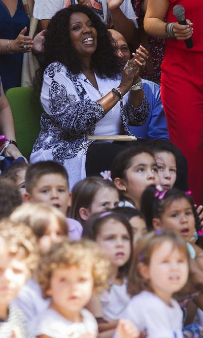 """La cantante estadounidense Gloria Gaynor, que actúa en la Feria de Julio de Valencia, durante la visita que ha realizado hoy a los alumnos del colegio Luis Vives, cuyo vídeo de la reinterpretación de su famoso tema """"I will survive"""" ha cautivado a la artista."""