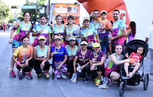 25072016 CORREN Y AYUDAN.  Integrantes del equipo Laguna Runners en reciente carrera atlética.