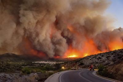 Fotografía que muestra una densa nube de humo sobre el pueblo de Lithi, durante un incendio forestal en la isla de Quíos, Grecia.