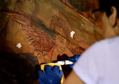 Un conservador trabaja en uno de los frescos del siglo XV atribuido por varios estudiosos a Andrea Mantegna que decoran la sala Fatiche di Ercole (Los trabajos de Hércules) en el Palazzo Venezia de Roma, Italia.