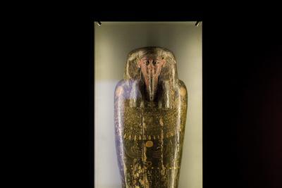 """Una momia egipcia de 2,200 años, se exhibe como parte de la exposición """"El secreto del embalsamamiento de la momia egipcia"""", en el museo de Israel, en Jerusalén, Israel."""