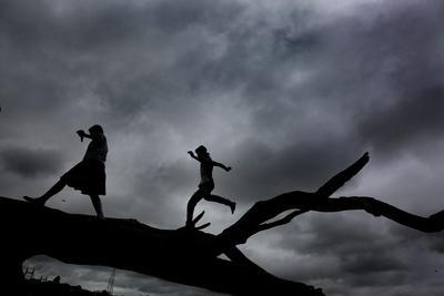 Densas nubes se posan sobre el Victoria Memorial antes de que las fuertes lluvias lleguen a la ciudad de Calcuta, Noreste de India.