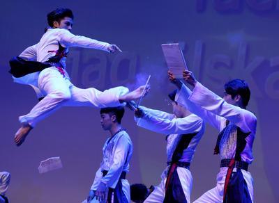 Miembros del equipo de taekwondo de Corea del Sur participan durante la conmemoración del 63º aniversario del Acuerdo de Armisticio de Corea y el Día de la Guerra de las Fuerzas de las Naciones Unidas en Seúl, Corea del Sur.