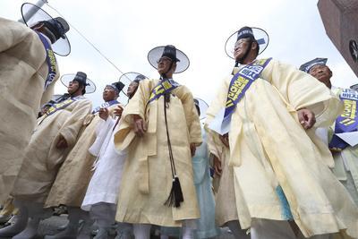 Varios seguidores del confucianismo y vecinos del condado Seongju-gun, asisten a una manifestación en contra de la decisión de desplegar el escudo antimisiles THAAD en su región cerca de la casa presidencial en Seúl, Corea del Sur.