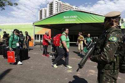 Un grupo de atletas de México ingresa a la villa olímpica, en Río de Janeiro (Brasil).