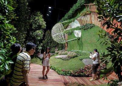Visitantes caminan por una de las instalaciones del Singapore Garden Festival, en Singapur.