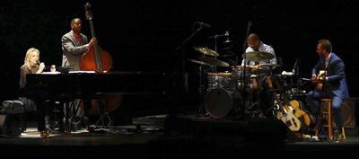 La cantante y pianista Diana Krall (i), acompañada por el contrabajista Robert Hurst (2i) el batería Karriem Riggin (c) y el guitarrista Anthony Wilson (d), en un momento del concierto que ha ofrecido en el Teatro Real, dentro de la II edición del Universal Music Festival, hoy en Madrid.