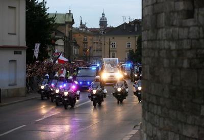 El Papa Francisco se transporta en su papamóvil, en dirección al palacio de los Arzobispos de Cracovia.