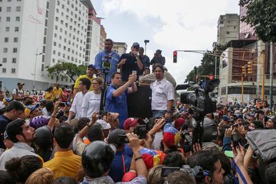 El excandidato presidencial Henrique Capriles (c) habla en una manifestación hoy, miércoles 27 de julio de 2016, en Caracas (Venezuela).