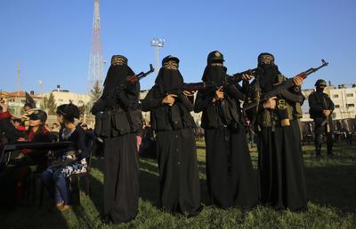 Miembros enmascarados femeninos de los Al- Quds palestina, el ala militar del grupo Yihad Islámica, sostienen sus fusiles mientras participan en una manifestación en el campamento de refugiados de Rafah, Franja de Gaza.