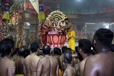 Varios sacerdotes participan en un rito religioso antes del desfile del dios Murugan durante el Festival Anual de las Carrozas en el templo hindú Sivasubramania Swami en Colombo, Sri Lanka.