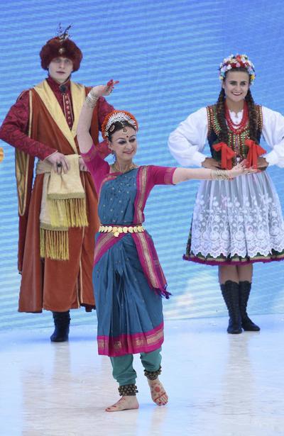 Varios jóvenes, vestidos con sus trajes tradicionales, actúan delante del papa Francisco durante la ceremonia de bienvenida de la Jornada Mundial de la Juventud en el parque Blonia de Cracovia.