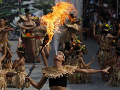 Un artista filipino ataviado con un traje tradicional participa en un espectáculo de fuego durante el Festival del Nenúfar en la ciudad de Las Pinas, al sur de Manila, Filipinas.