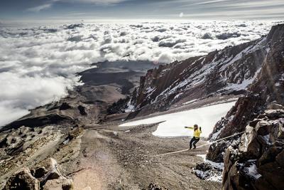 En esta imagen difundida el jueves 28 de julio el alpinista profesional Suizo Stephan Siegrist y Mammut Pro.