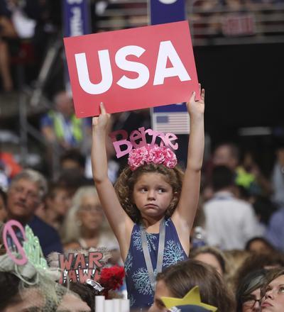 Una niña sostiene un cartel de Estados Unidos durante la convención.