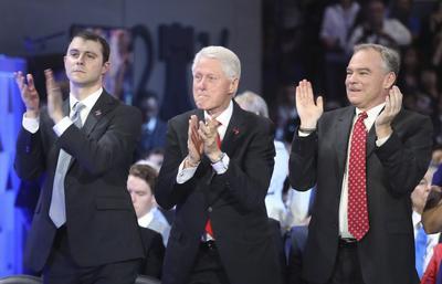 Bill Clinton y Tim Kaine aplauden a Hillary durante la convención.