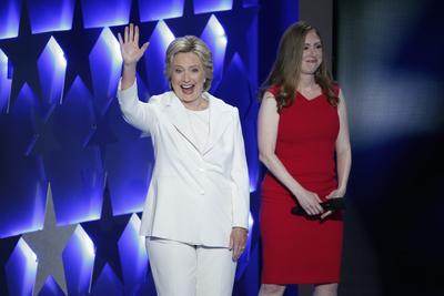 La candidata junto a su hija Chelsea Clinton durante la Convención Nacional Demócrata celebrada en Filadelfia.
