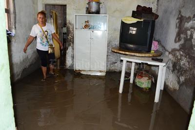 Otra vez el agua hizo una especie de represa y se metió en algunas viviendas .