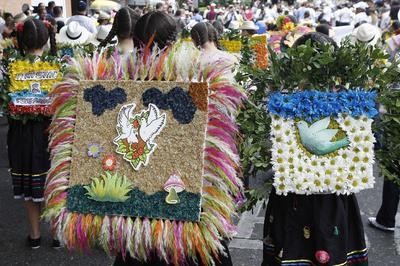 Un grupo de niños participa, en el tradicional Desfile de Silleteritos en Medellín (Colombia), durante la versión 59 de la Feria de las Flores.