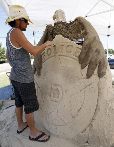 Joaquín Cortés realizá una escultura grande en honor a los cinco agentes de policía de Dallas y DART muertos a tiros en Dallas hace unas semanas.