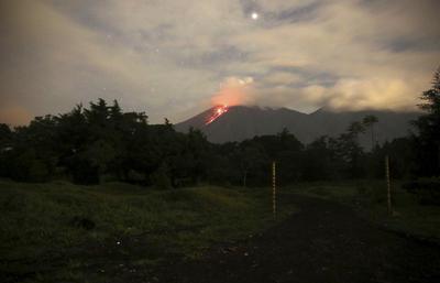 Foto de larga exposición del Volcán de Fuego, visto desde el municipio de Alotenango, Sacatepéquez.