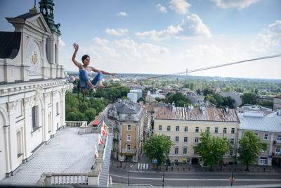 Un participante realiza en un slackline a través de los edificios durante el 8º Festival Urbano Highline en Lublin, Polonia.