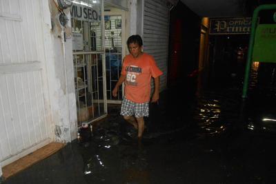 A las afueras del Museo Paleontológico de La Laguna se registró una inundación por la noche del viernes, algunos muebles del sitio sufrieron daños debido a la humedad.