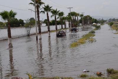 El bulevar Forjadores se cubrió de agua en Gómez Palacio.