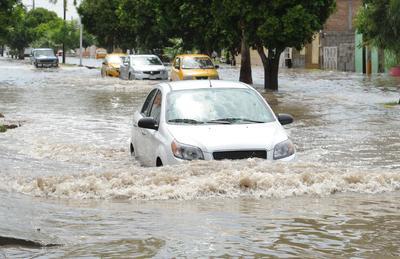 Los vehículos que cruzaban por el bulevar Sarabia, a la altura de la avenida Bravo de Torreón, debieron cortar el agua de hasta medio metro de alto, tal y como si fueran lanchas en un lago.