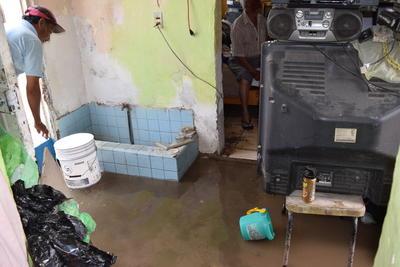 El agua se metió a viviendas en Gómez Palacio.
