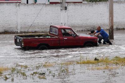 Vehículos se quedaron varados por el agua.
