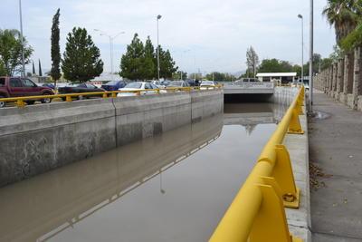 El Paso Inferior Vehicular Francisco Sarabia de Lerdo permaneció cerrado a causa de una inundación que se generó con las lluvias desde el pasado jueves, a raíz de una falla eléctrica en las motobombas que trabajan para extraer el agua.