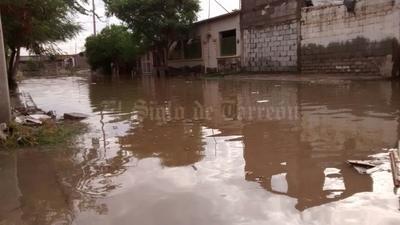 Diversas  colonias de Torreón sufren por las lluvias por tercer día.
