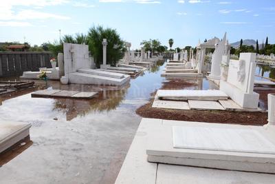 Las tumbas quedaron entre el agua.