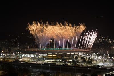 Los fuegos artificiales estallan por encima del estadio Maracaná durante el ensayo de la ceremonia de apertura de los Juegos Olímpicos de Río de Janeiro, Brasil.