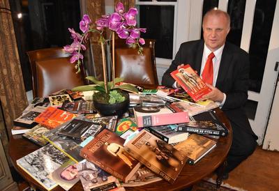 Fotografía del 22 de julio de 2016, del promotor de arte e historia Gregorio Luke, quien enseña varios libros sobre Pancho Villa en su vivienda en Long Beach (Estados Unidos).