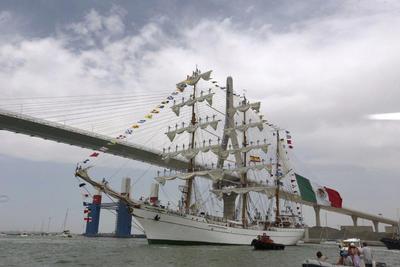 El buque escuela de México Cuauhtémoc es el primero en abandonar el puerto de Cádiz, al que llegó con motivo de la Regata de Grandes Veleros 2016, con el objetivo de cruzar bajo el Puente de la Constitución de 1812 y rendir homenaje a la primera Carta Magna española.