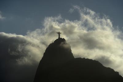 El ' Cristo Redentor ' estatua está cubierta en parte por las nubes en Río de Janeiro , Brasil , 31 de Julio de 2016.