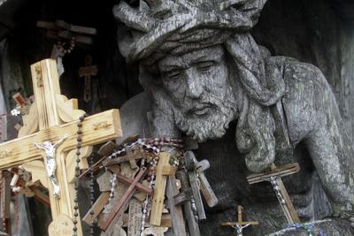 Los peregrinos visitan la Colina de las Cruces (Kryziu kalnas) , a unos 12 km de Siauliai, Lituania.
