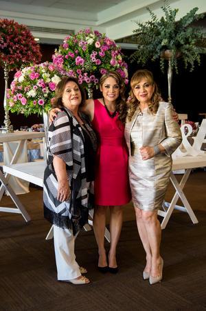 29072016 La futura esposa en compañía de las anfitrionas de su recepción, Cristy de Agüero y Coco Valles.