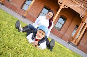 30072016 Jesús Mario con su mamá, Gabriela Reyes Muñoz. - Mayra Olivares Fotografía