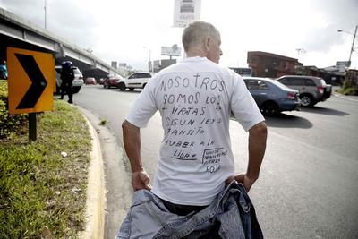 Un hombre lleva un mensaje en contra de Uber en su camisa hoy, martes 9 de agosto de 2016, durante una manifestación donde miembros de la Policía detuvieron al menos a 78 taxistas que bloquearon carreteras en San José (Costa Rica) y desobedecieron a la autoridad durante una manifestación en contra del servicio de transporte Uber, que es ilegal en el país.