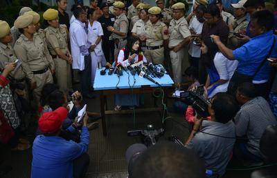 """La activista india Irom Sharmila, llamada la """"Dama de Hierro"""", da una rueda de prensa tras romper la huelga de hambre de 16 años en Imphal, Manipur (India)."""