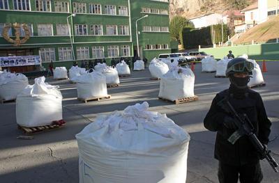 Fotografía cedida por el Ministerio de Gobierno de Bolivia muestra las bolsas con la droga decomisada que el ministro de Gobierno de Bolivia, Carlos Romero, presentó en la academia de policías, en La Paz (Bolivia).