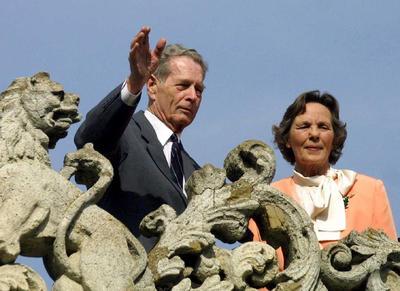 Fotografía de archivo fechada el 18 de mayo de 2001 que muestra al antiguo rey de Rumanía Miguel I (i), y a su esposa, Ana de Borbón Parma (d), saludando a los ciudadanos desde la terraza del palacio Elisabeta en Bucarest, Rumanía.