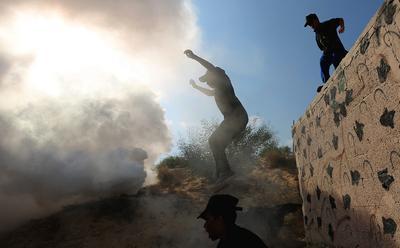 Jóvenes palestinos participan en un campamento de verano de la Yihad Islámica, en el norte de Rafah, en la Franja de Gaza.