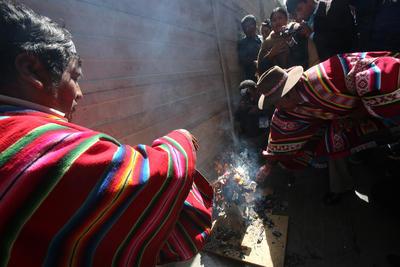 Representantes del Comité de Salvaguardia Patrimonial y Cultural de la Nación Kallawaya realizan un rito indígena, en La Paz (Bolivia).