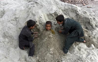 Niños afganos juegan cerca de su refugio temporal, en Jalalabad, Afganistán.