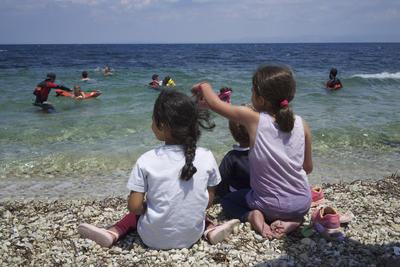 Fotografía facilitada por la organización voluntaria española de salvamento ProemAid (Professional Emergency Aid), que lleva meses vigilando y rescatando personas en Lesbos, que ha puesto en marcha unas clases muy particulares en las playas de esta isla.